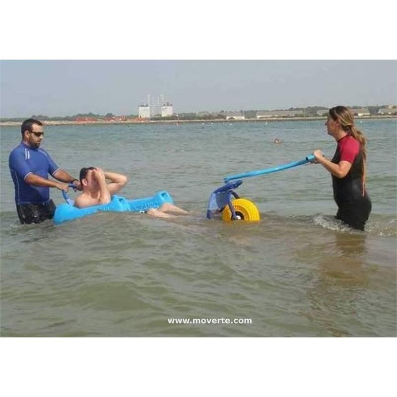 Con esta sillla anfibia, los minusválidos pueden bañarse en el mar con comodidad y con seguridad.